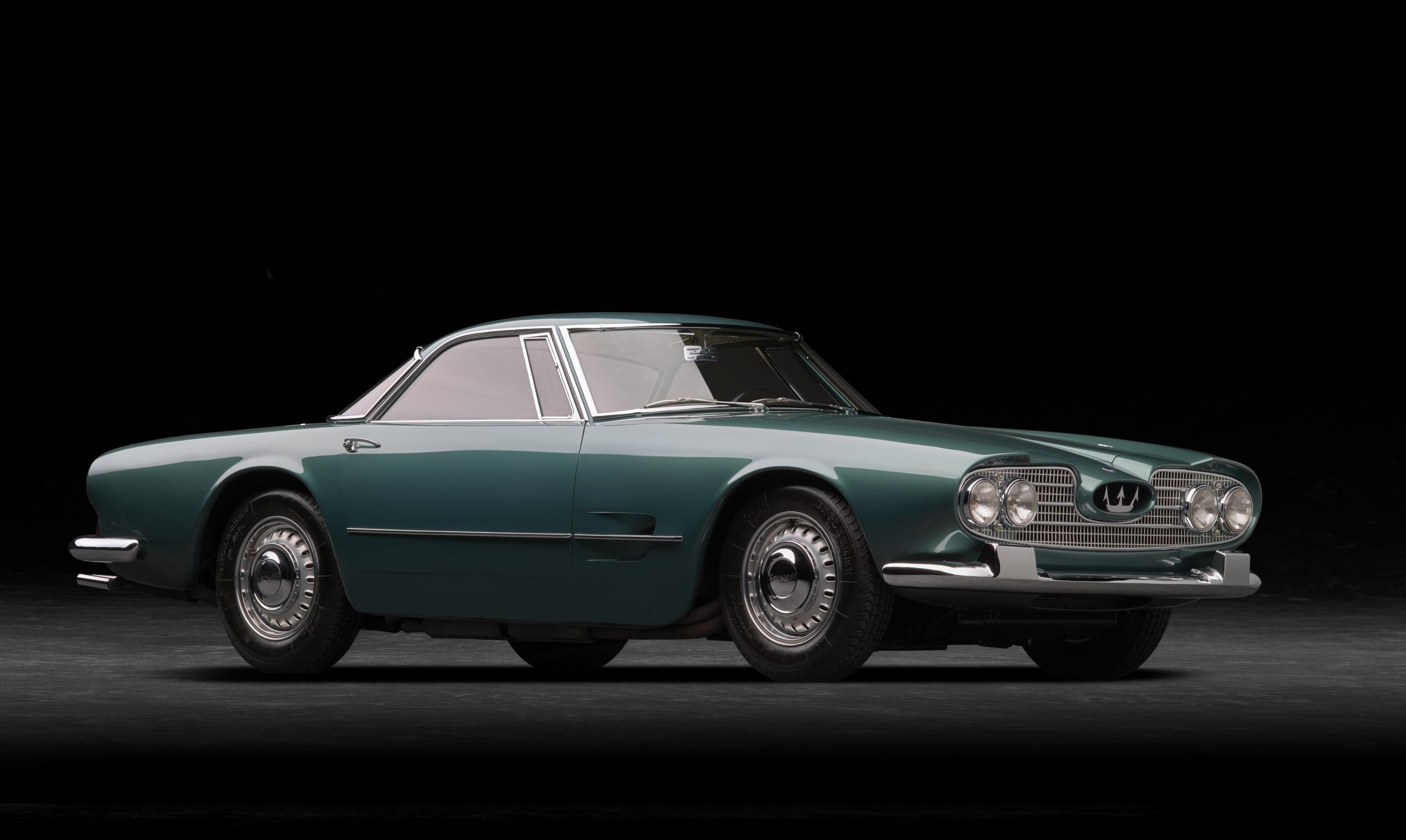 O cupê de dois lugares da Maserati tem capô e traseira compridos
