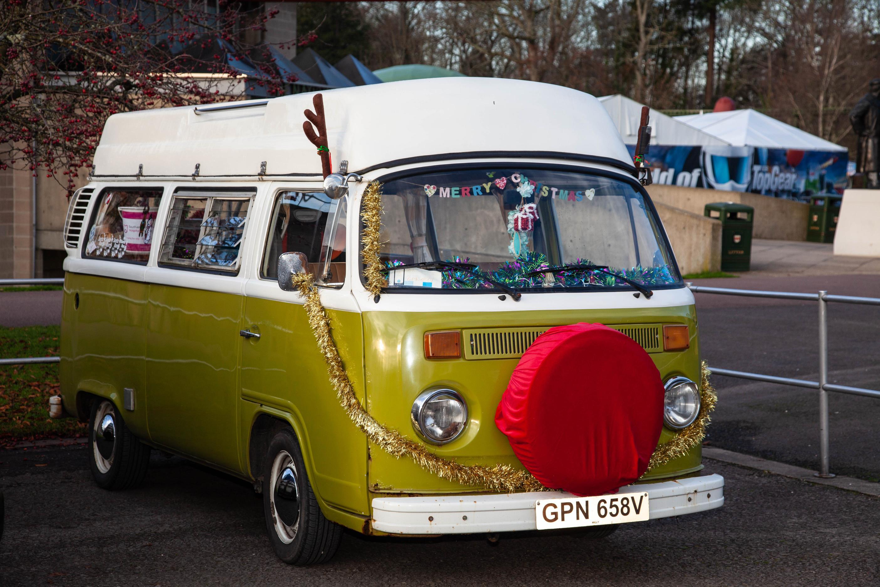 A Kombi saia e blusa com chifres de rena no teto e uma capa vermelha no estepe que fica na dianteira da van