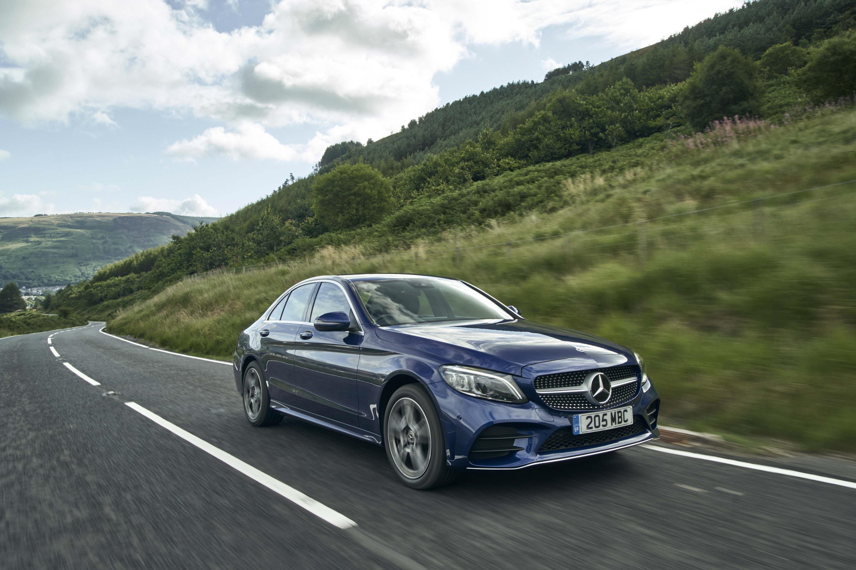 Mercedes Benz Classe C sedã em movimento na estrada