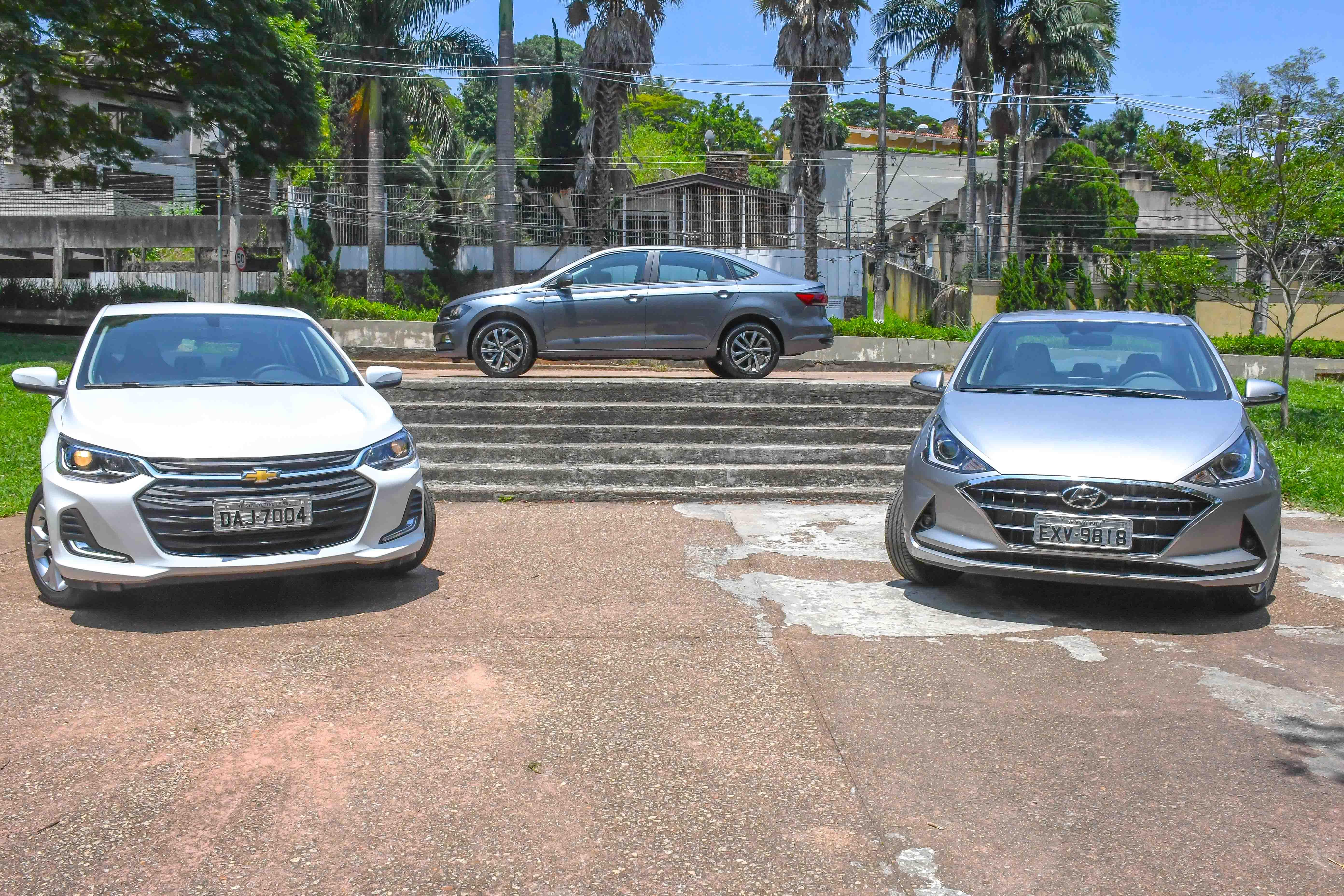 Volkswagen Virtus de perfil acima de uma escada com o Onix Plus e o HB20S de frente mais embaixo