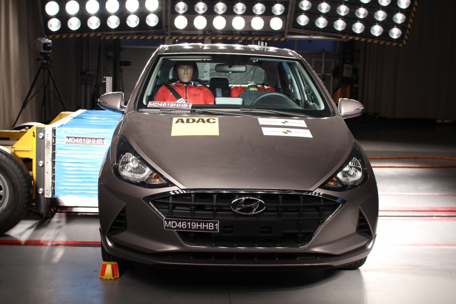 Novo Hyundai HB20 é submetido ao impacto de uma barreira na porta dianteira lateral direita