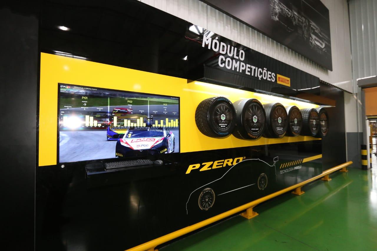 Display na fábrica da Pirelli em Campinas expõe seis pneus de diferentes medidas para competições automobilísticas