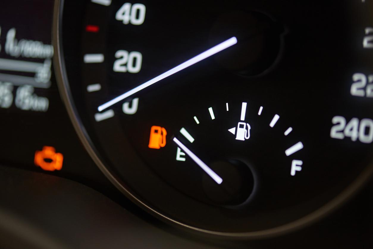 Imagem mostra quadro de instrumentos com o ponteiro do nível de combustível baixo
