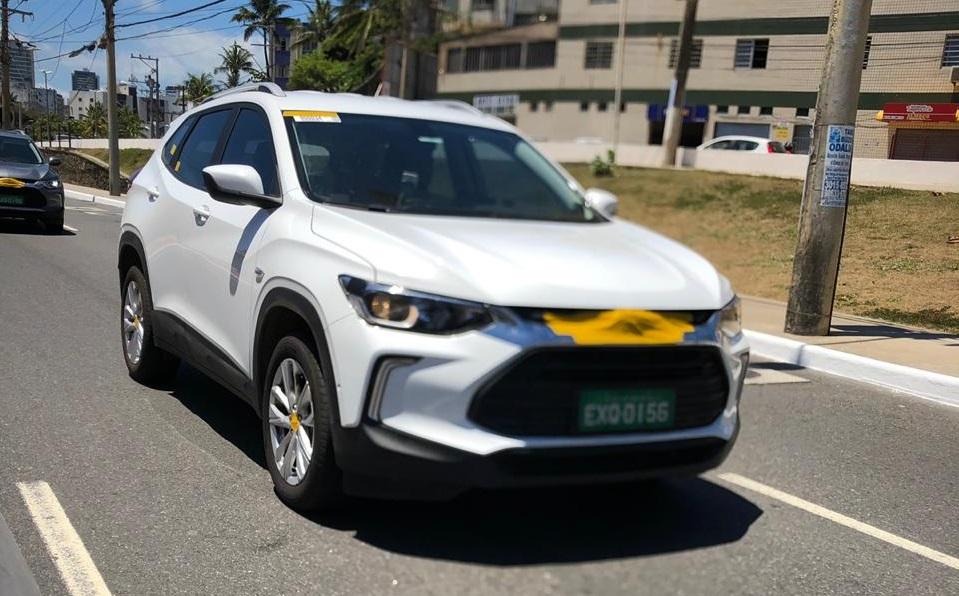 Novo Chevrolet Tracker na cor branca com pequeno disfarce no emblema na ponta do capô