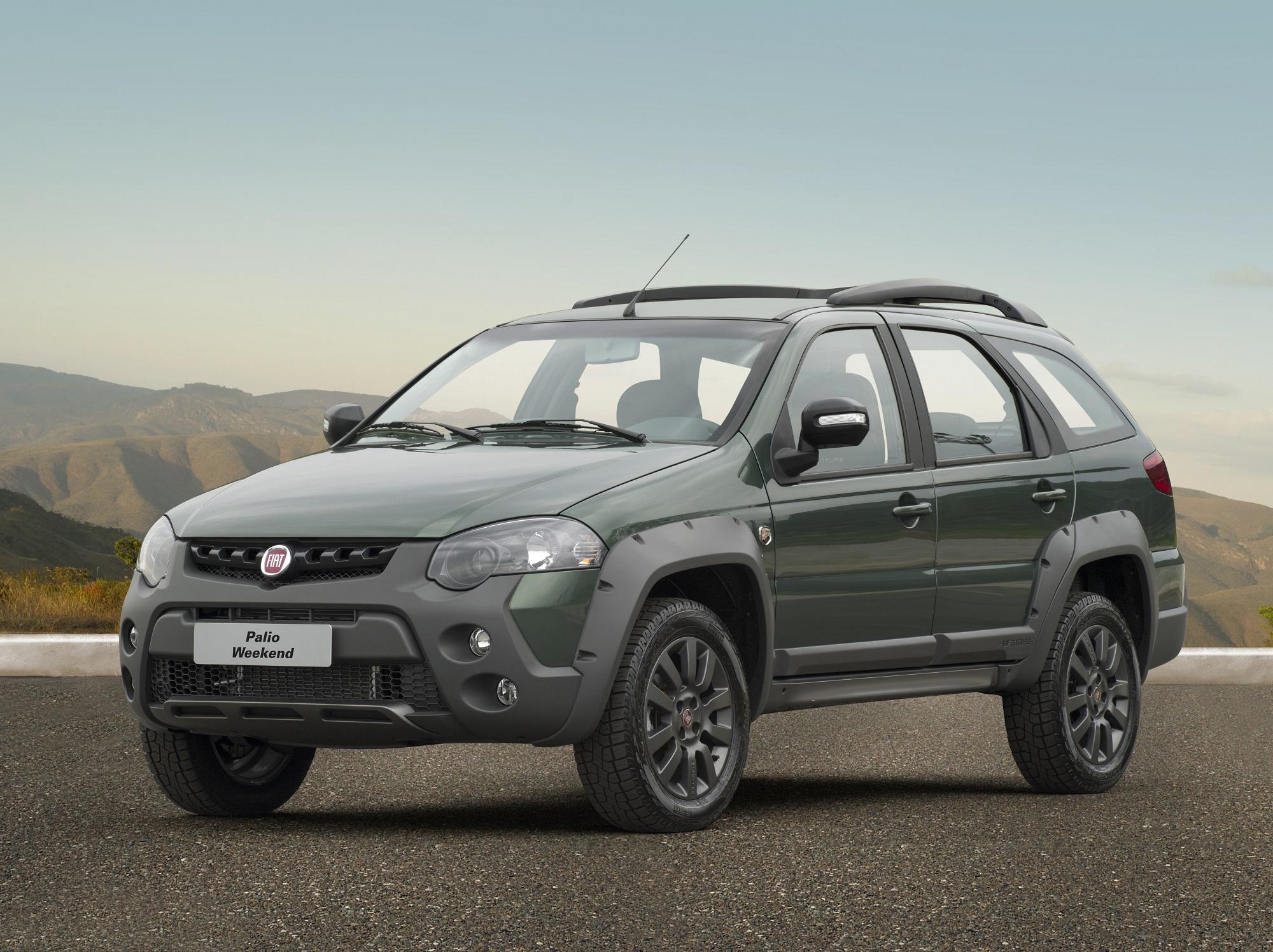 Fiat Weekend na versão ADventure cor verde com para-choque de impusão e molduras nas caixas de roda