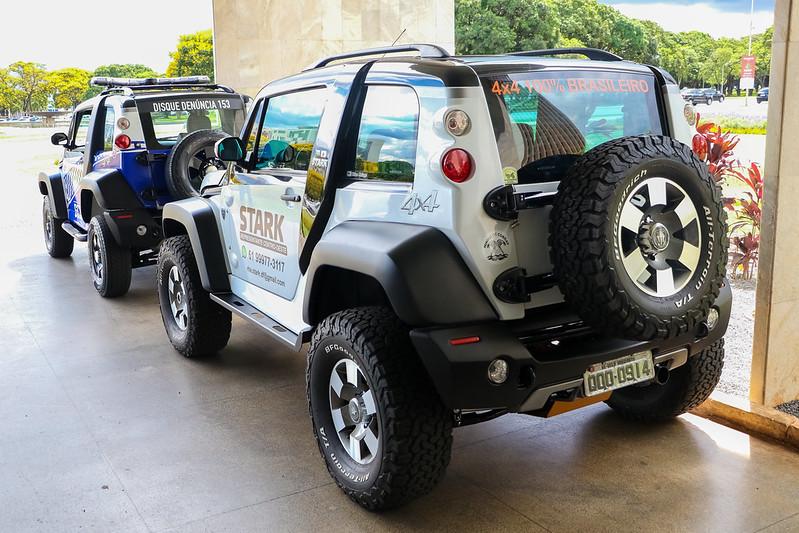Cab Stark de traseira. Jipe tem luzes traseiras circulares no alto, estepe na tampa traseira e caixas de rodas com cotes retos
