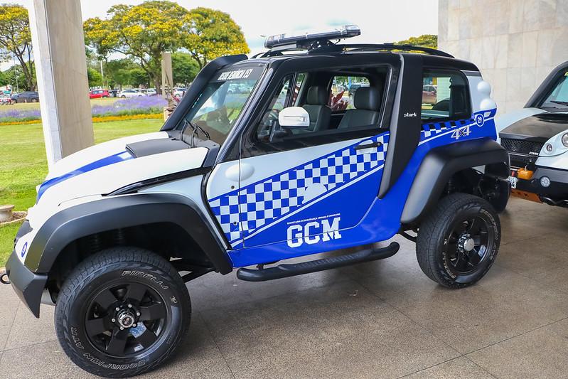 Cab Stark d eperfil com a caracterização azul da Guarda Metropolitana da capital do país