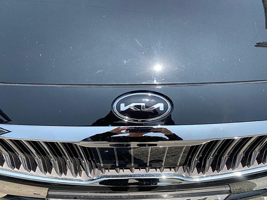 Nova logomarca dentro de símbolo oval preto sobre o capô de um carro fotografado