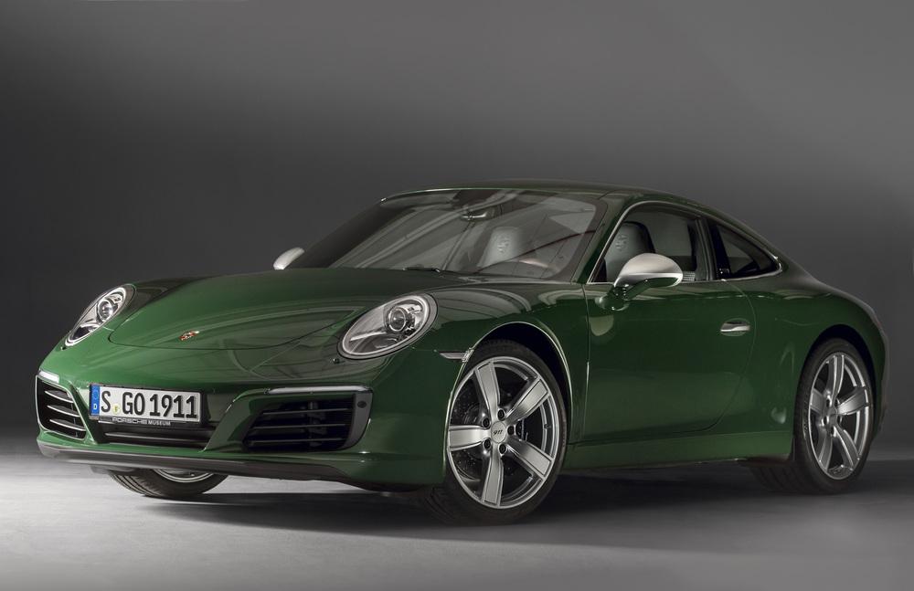 Porsche 911 De 1 Milhão n cor verde de frente com os tradicionais faróis ovais e o capô baixo