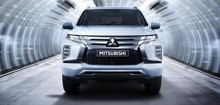 Mitsubishi Pajero Sport de frente com grade com barras horizontais cromadas, faróis retilíneos e frente alta