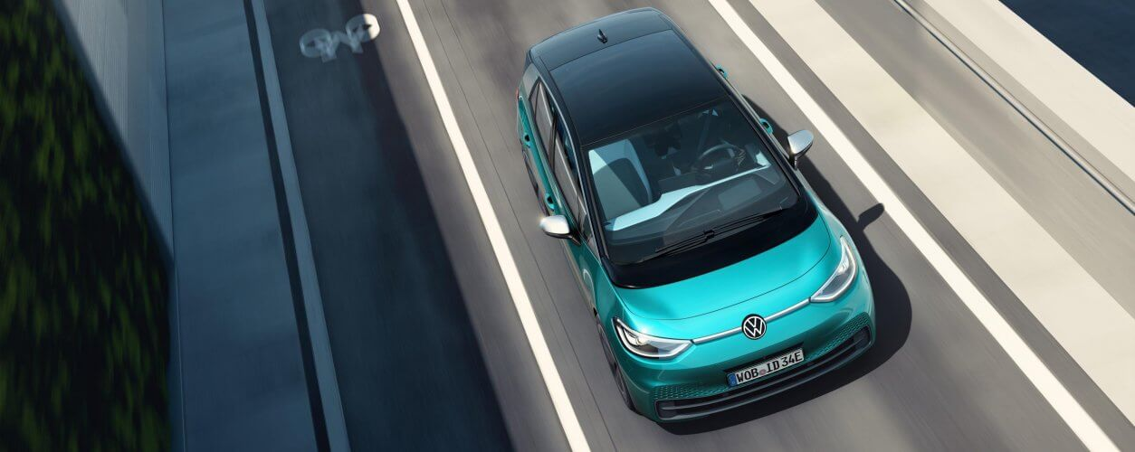 Volkswagen Id3 visto de cima em movimento na estrada na cor verde