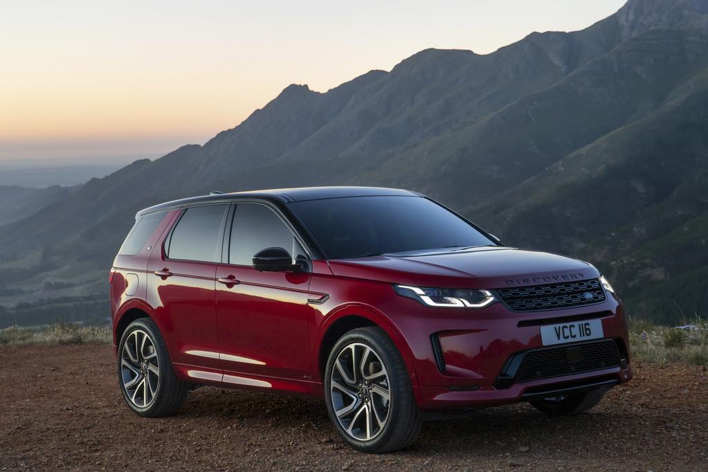 Land Rover Discovery Sport com faróis mais espichados e com as luzes diurnas em duas seções