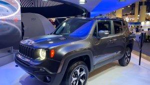 Jeep Renegade 4xe Híbrido no estande da Jeep sendo carregado na tomada durante a CES 2020 In Na Ces 2020
