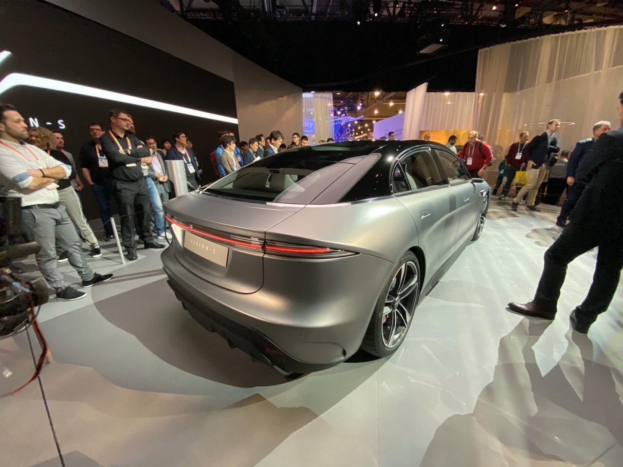 Carro Elétrico E Autônomo Vision S Na Ces 2020 tem traseira com vinco forte e lanternas pontiagudas