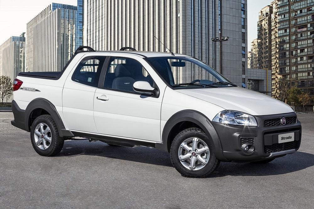 Fiat Strada Freedom na cor branca de frente