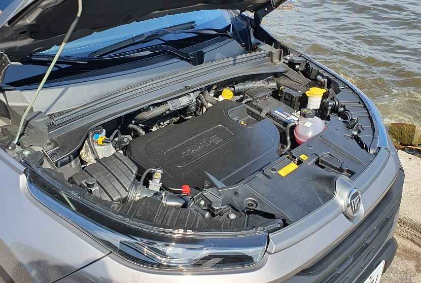 Capô aberto deixa à mostra o motor turbodiesel