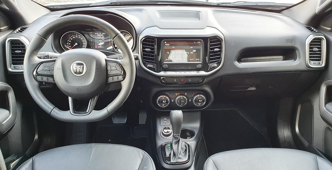 Foto do painel da Fiat Toro mostra a tela multimídia entre duas saídas de ar verticais