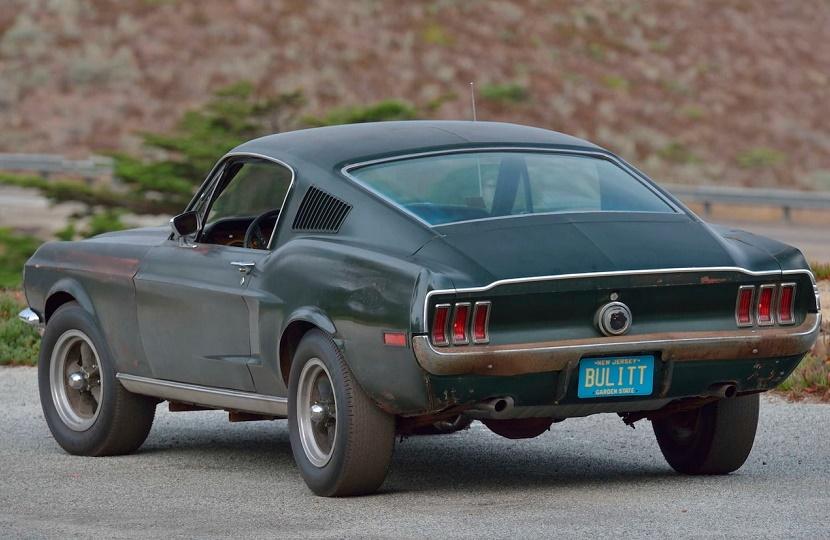 Ford Mustang do filme Bullit de traseira na cor verde escuro original