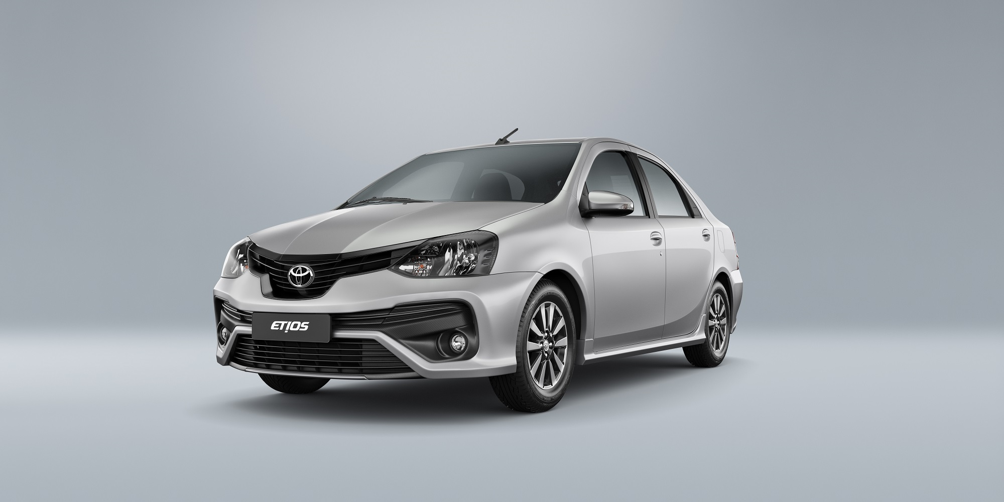 Toyota Etios Sedan na cor prata de frente