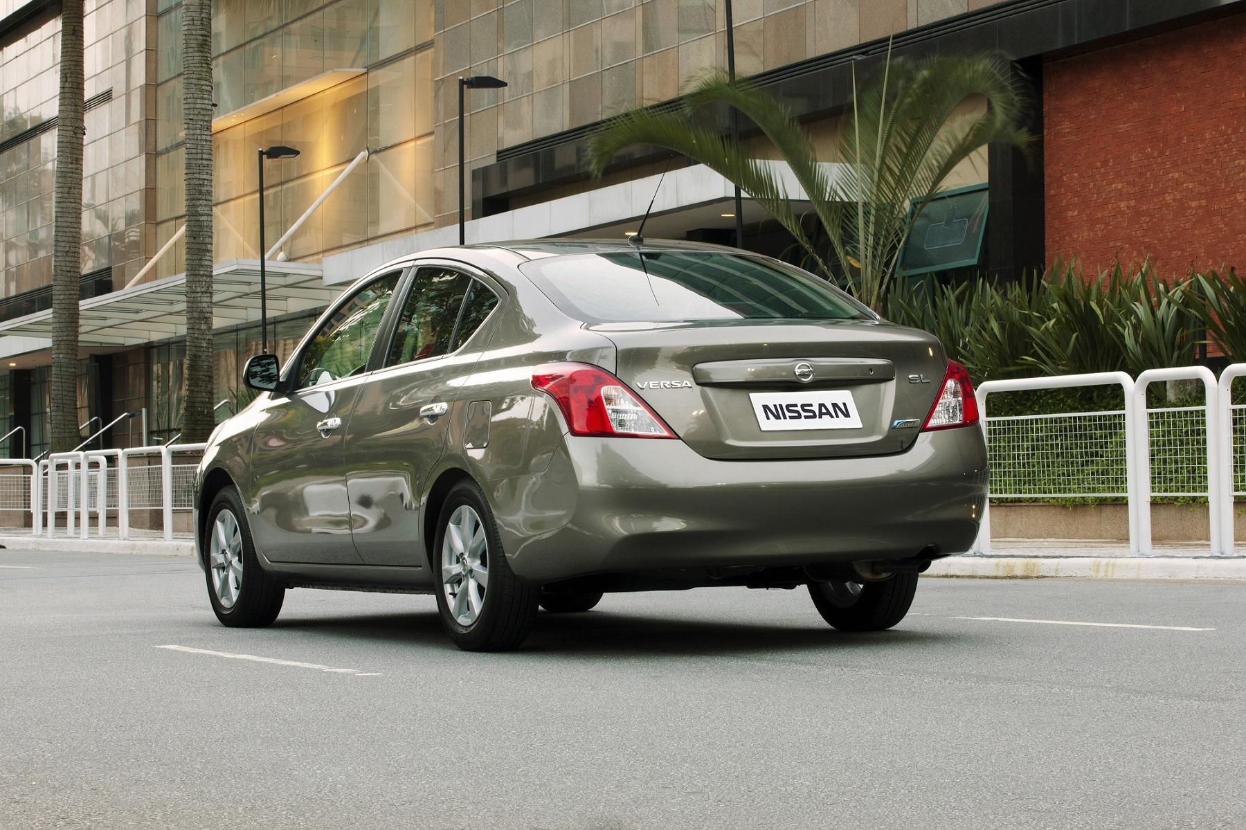 Nissan Versa na cor marrom metálica em movimento na rua