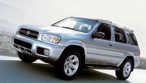 Imagem do SUV Nissan Pathfinder visto de frente na cor prata