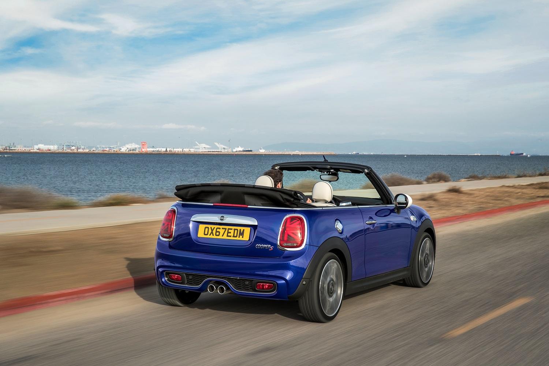 Mini Cooper Cabrio S na cor azul em movimento em estrada no litoral