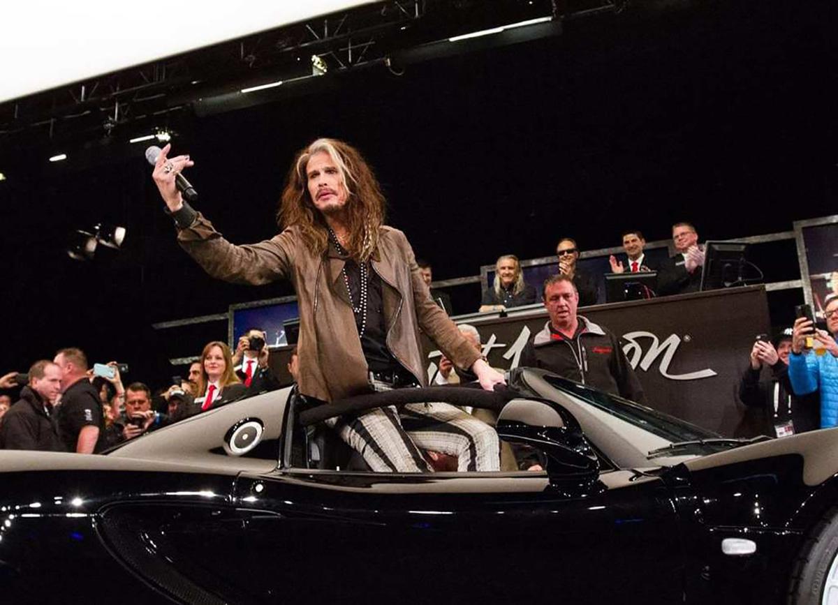 Imagem mostra Steven Tyler do Aerosmith com seu Hennessey Venom Gt preto