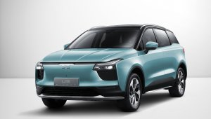 Carro elétrico chinês Aiways U5 é um SUV na cor azul metálica com faróis pontiagudos, grade fina e teto preto