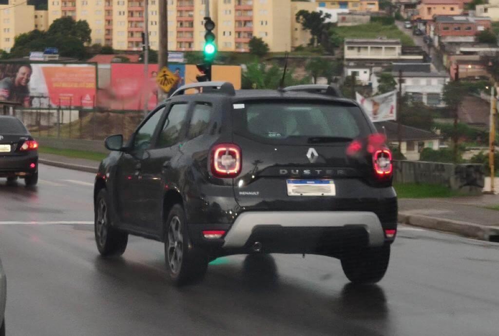Renault Duster 2021 na rua em movimento de traseira com as novas lanternas quadradas