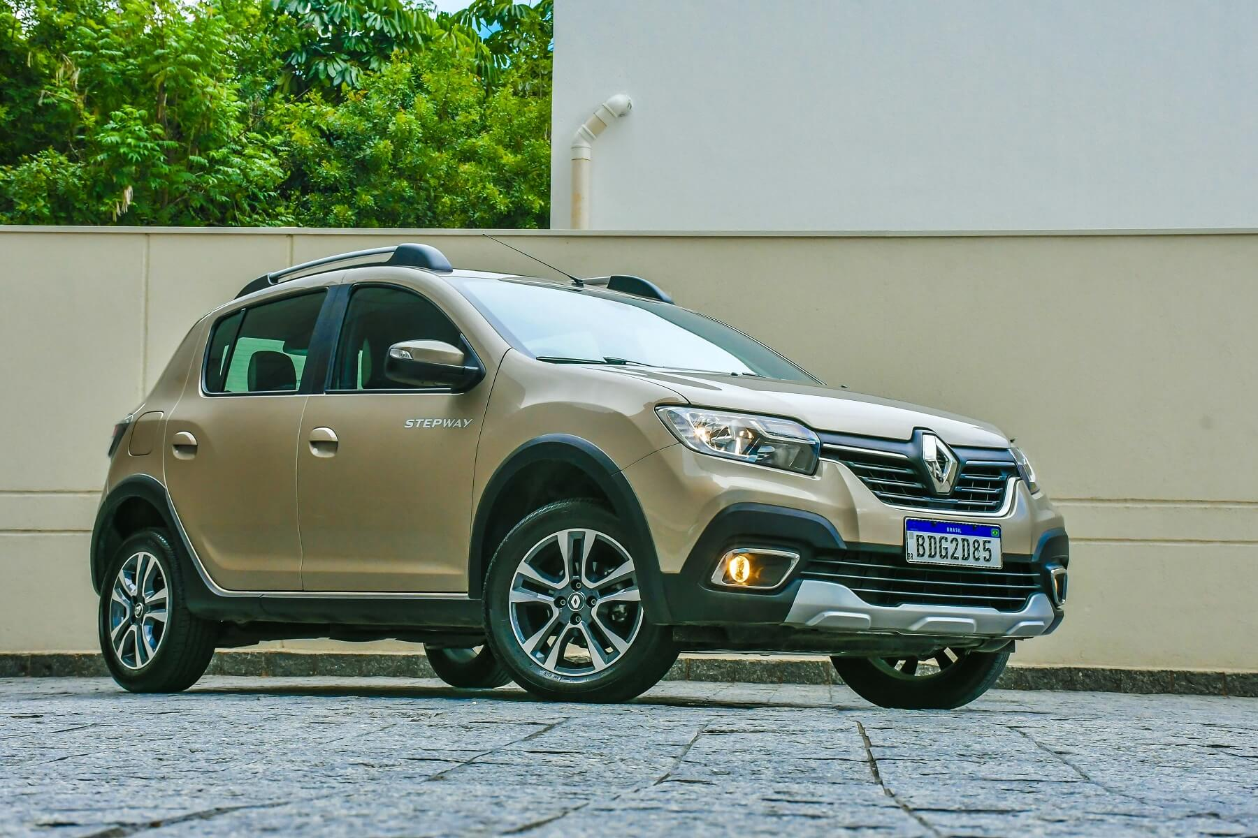 Imagem mostra novo Renault Sandero Stepway de frente na cor dourada