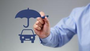 Homem desenha um carro com caneta azul coberto por um guarda-chuva