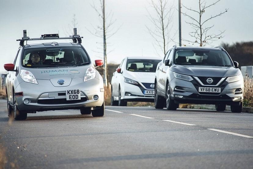 Nissan Leaf autônomo em movimento na estrada com dois outros carros monitorando