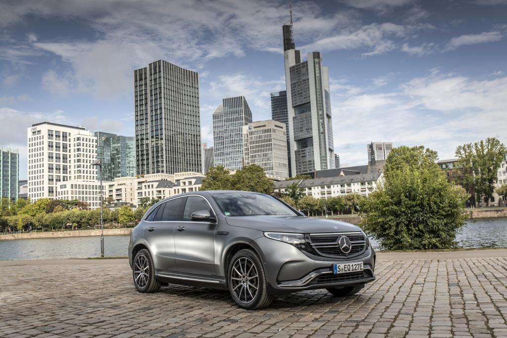 Mercedes Benz EQC cinza de frente na rua ao fundo prédios gigantescos de Frankfurt