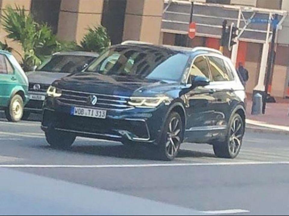 Volkswagen Tiguan em movimento em uma rua italiana na cor azul metálico