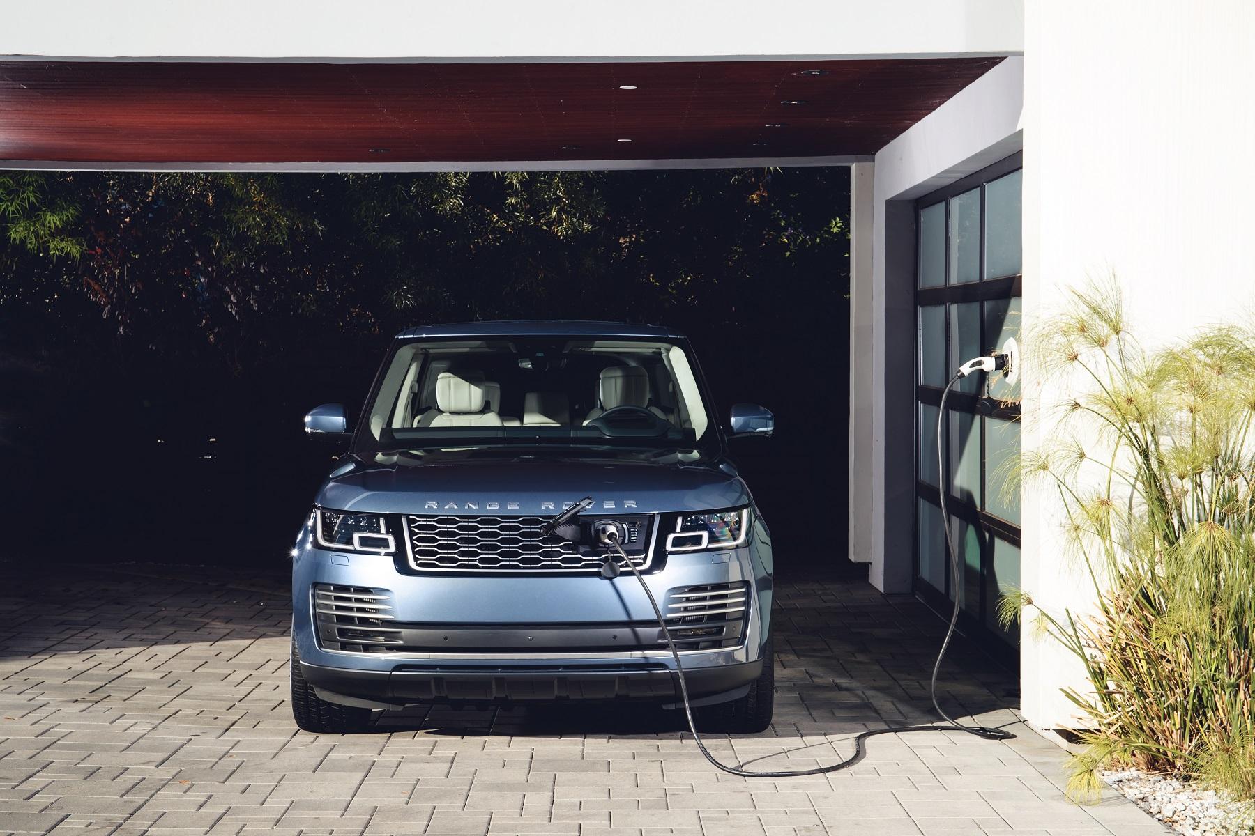 Range Rover Vogue PHEV Recarregando Na Garagem