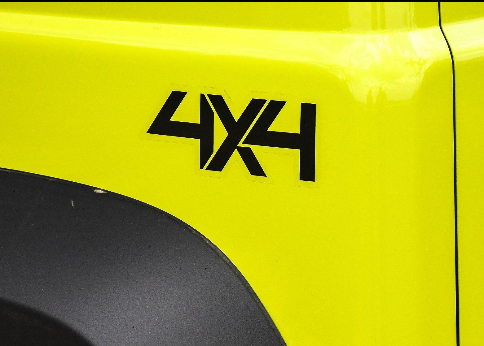 Emblema 4x4 perto do para-mlama traseiro do Jimny verde