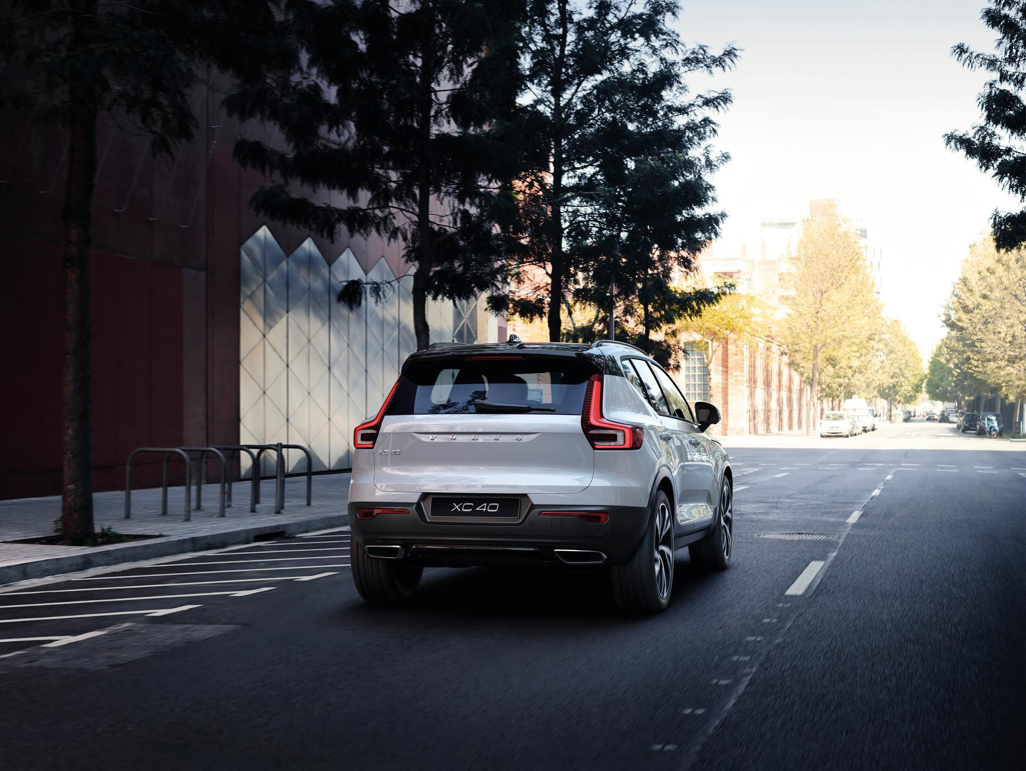 Volvo Xc40 T5 R Design de traseira na cor branca em movimento na rua