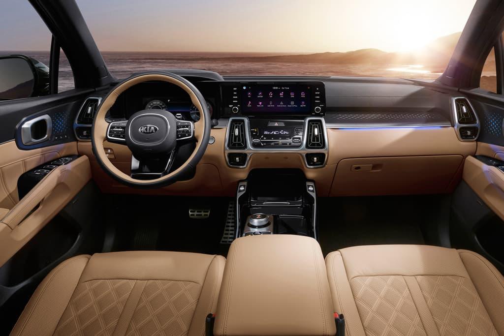Novo interior do Kia Sorento tem couro bege nos bancos e em parte do painel e central multimídia com tela horizontal