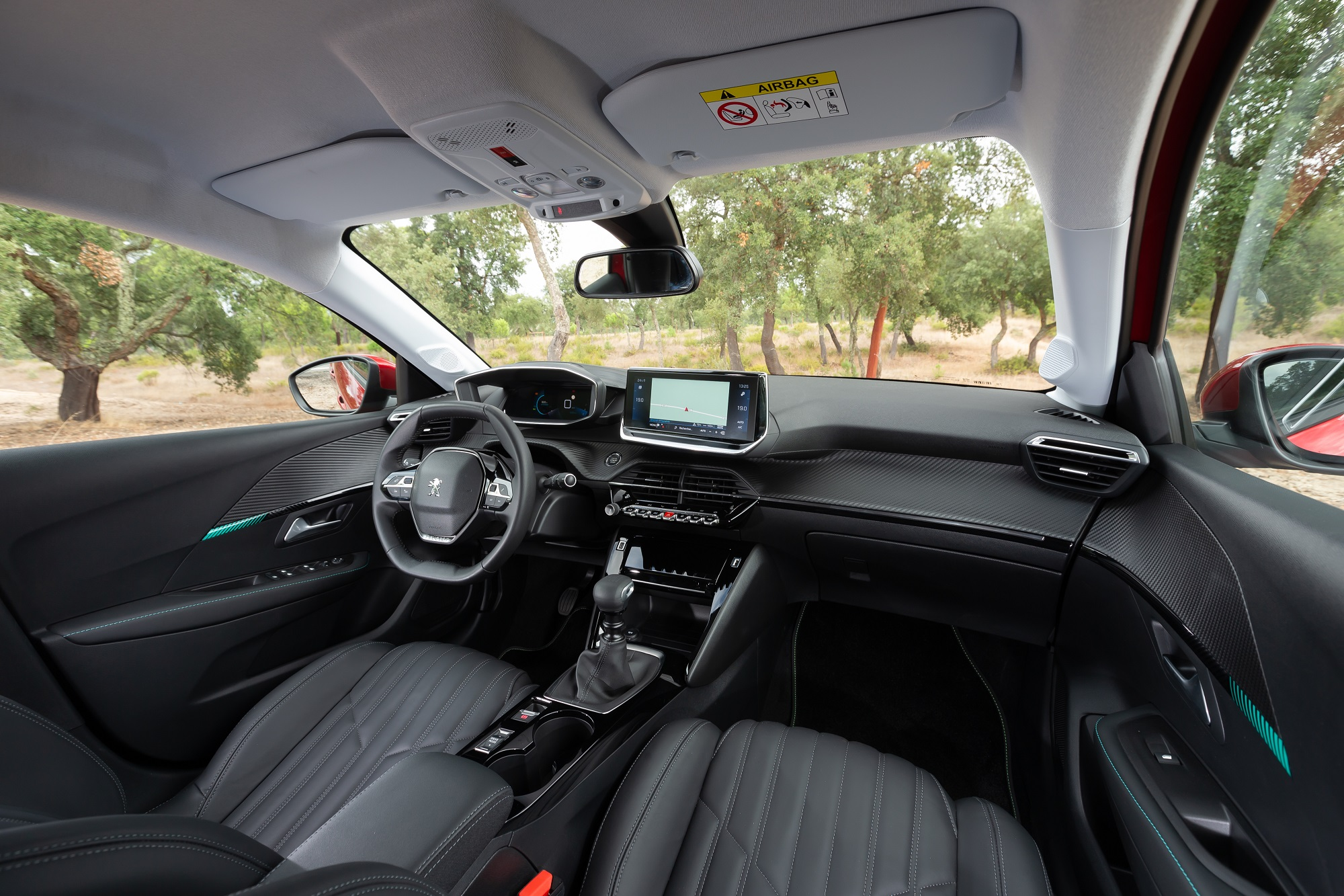 Interior do novo Peugeot 208 mostra o i-Cockpit com o volante recuado e o quadr de instrumentos mais à frente