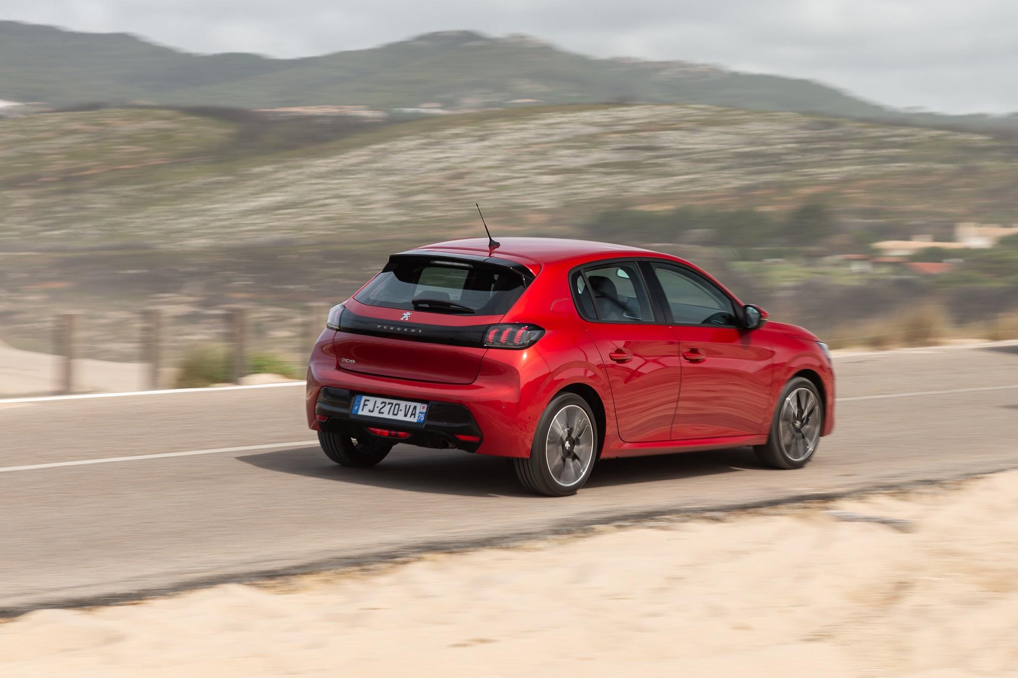 Novo Peugeot 208 de traseira em movimento na estrada na cor vermelha