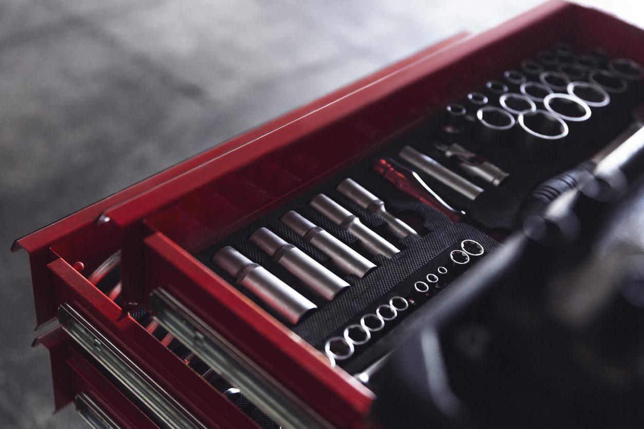 caixa de ferramentas vermelha mostrada em primeiro plano co diversos itens dentro