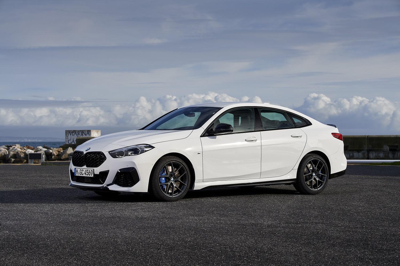 Bmw Série 2 Gran Coupé branco de frente estacionado