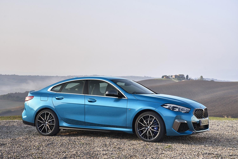 Bmw Série 2 Gran Coupé M235i xDrive de perfil na cor azul e com detalhes de aço escovado na grade, nos para-choques e nos retrovisores
