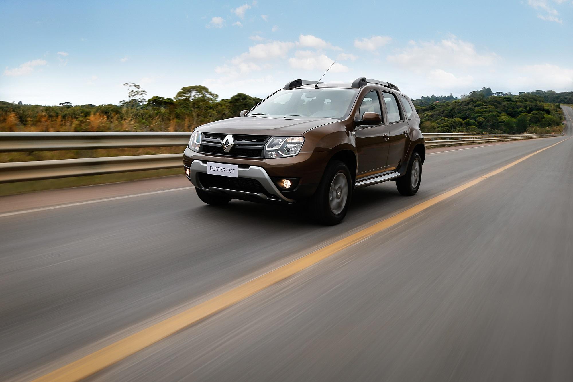 Renault Duster CVT na cor marrom de frente em movimento na estrada