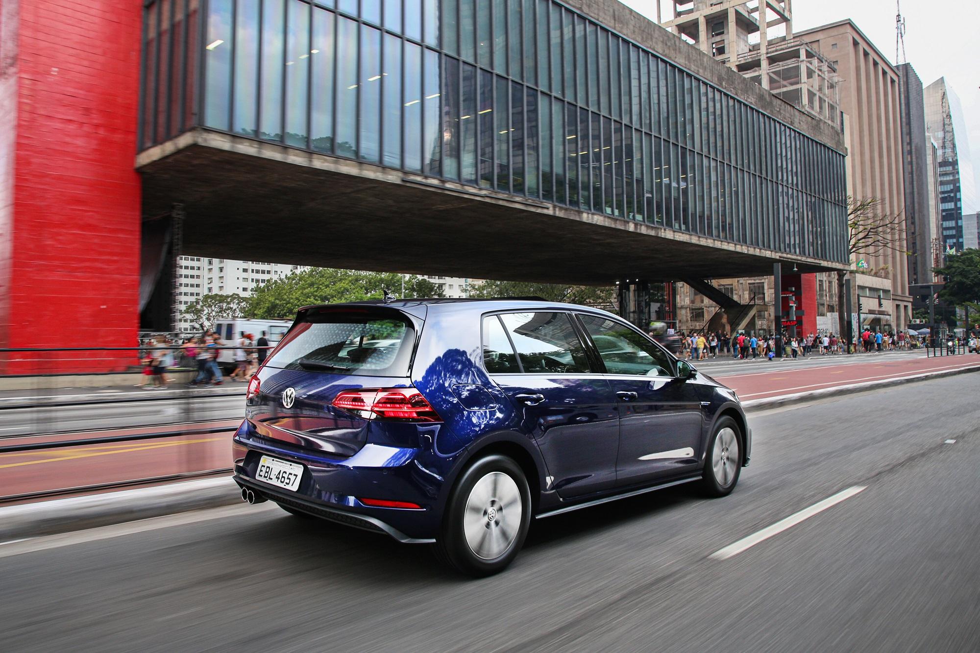 Volkswagen Golf Gte azul d etraseira em movimento em frente ao MASP