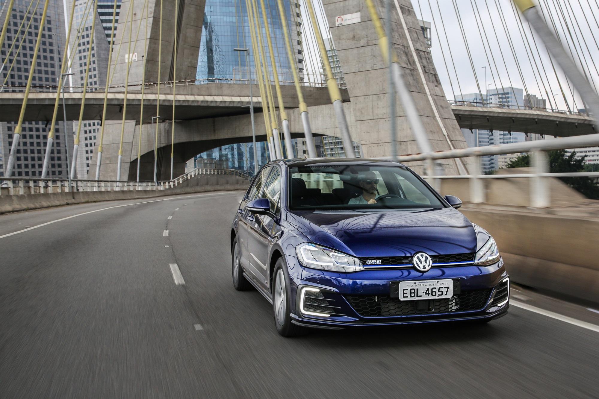 Volkswagen Golf Gte azul fazendo curva em uma ponte estaiada