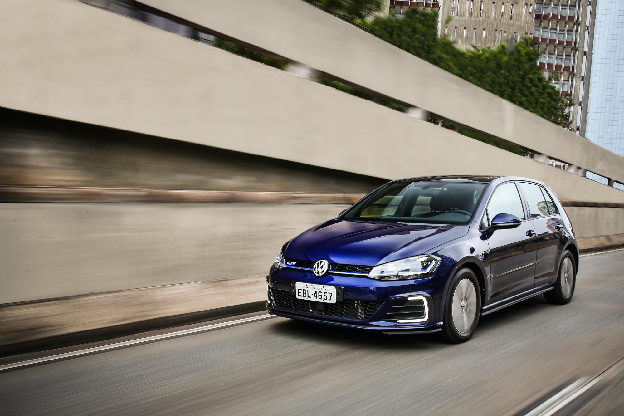 Volkswagen Golf Gte azul em movimento na rua