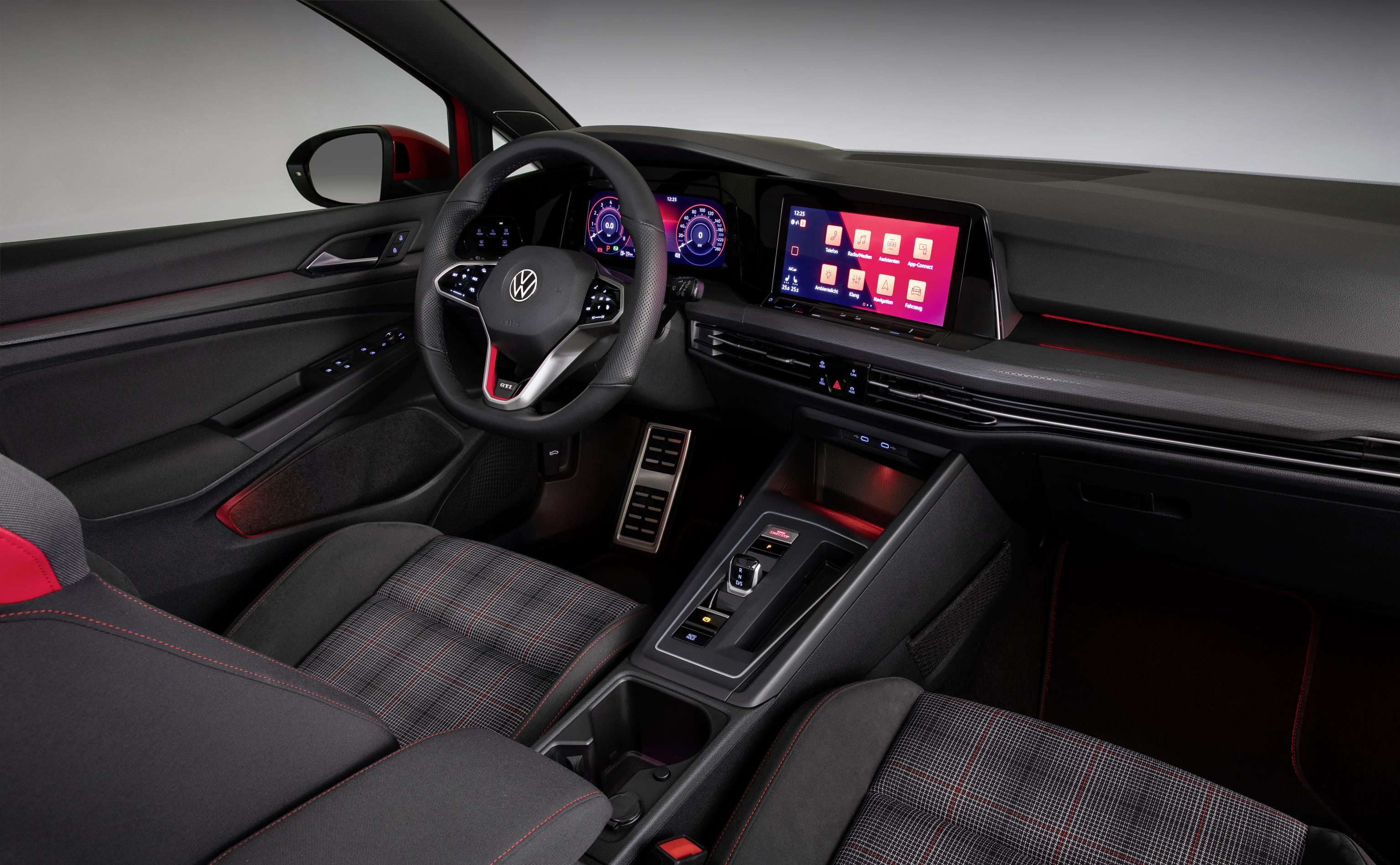 Golf GTI mantém os tradicionais bancos com revestimento xadrez e iluminação ambiente