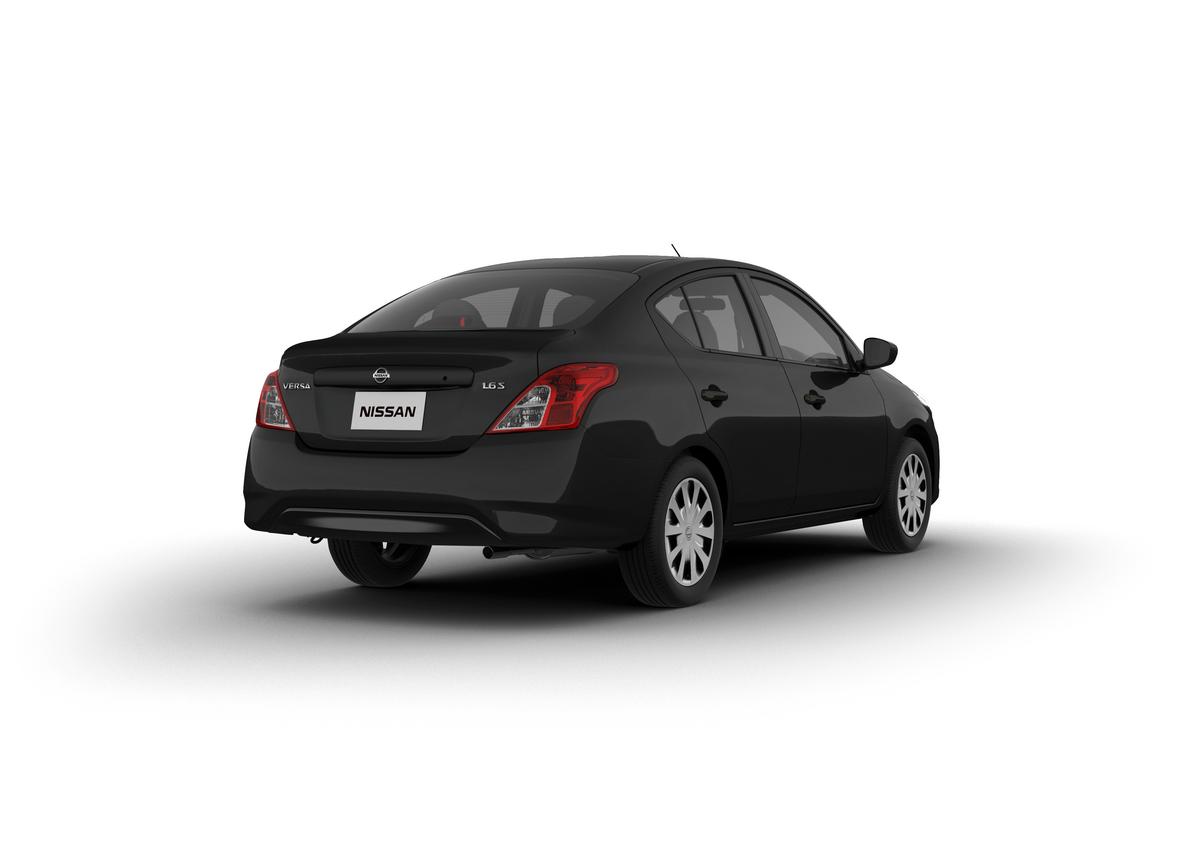 Nissan Versa S preto de traseira em foto de estúdio com fundo branco