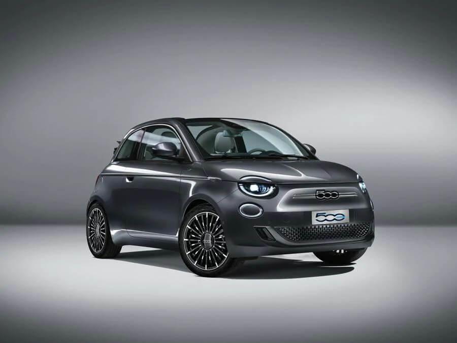 Fiat 500 Elétrico de frente na cor grafite em estúdio tem apenas o número 500 no que seria a grade dianteira
